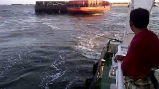 Video Video Barisan kapal tugboat tarik tongkang masuk alur banjarmasin pasca tubrukan KM.Sinar Panjang MP3, 3GP, MP4, WEBM, AVI, FLV Januari 2019