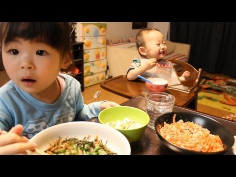 Rino - 2013年4月10日/Y:1歳5ヶ月/R:3歳10ヶ月 We eat dinner together. It is daily work Rino sprinkles Furikake on rice recently, and to eat. Her duty is to sprinkle Furikake o...