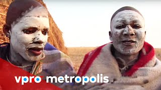 In South Africa, Lwandi visits his Xhosa brothers who - just like him - have to undergo a two month ritual to become adults. Covered in white clay to fight off evil ...