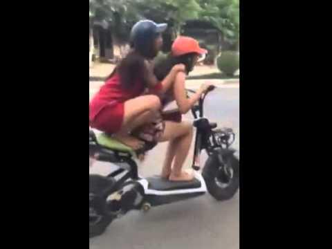 兩個傻妹騎摩托車耍特技,結果...超慘的!!