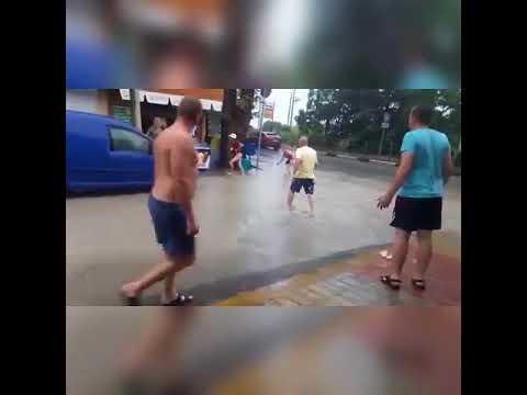 Ребёнок шёл с бабушкой по улице и провалился в ливнёвку - DomaVideo.Ru