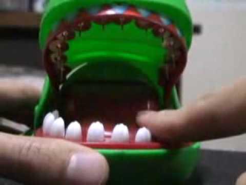 最變態的「鱷魚拔牙齒」,他居然把上面的牙齒全部換成圖釘了!!