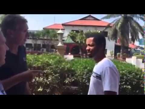 """""""Я з москалями не балакаю!"""": житель Гани відмовився відповідати на питання туристів з Москви (ВІДЕО)"""