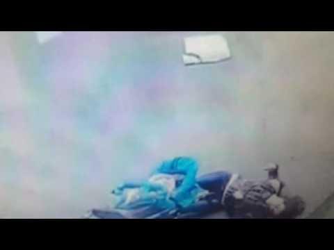 Падение козырька на голову матери с ребенком 16+