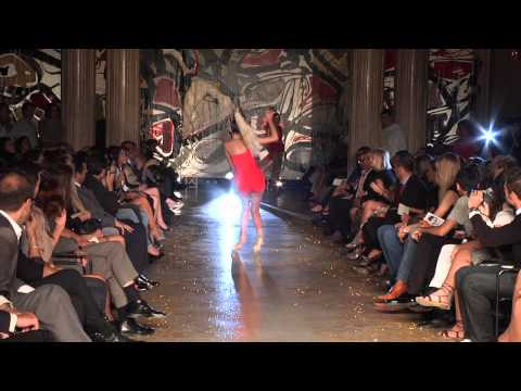 """脚長でスタイル抜群のスーパーモデルが、ファッションショーで""""おっとっと""""な大失態。"""
