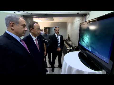 Netanyahu - Prime Minister Benjamin Netanyahu presents to UN Secretary General Ban Ki-moon rockets and operating methods of Hamas terrorists. ראש הממשלה בנימין נתניהו מציג בפני...