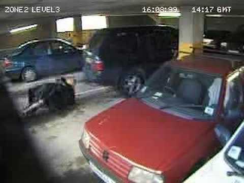 停車場監視器拍到一對情侶慾火滅不了,當場就OOXX起來…