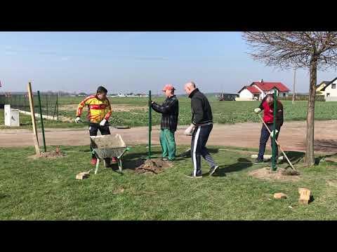 Wideo1: Budowa ogrodzenia boiska w Lipnie