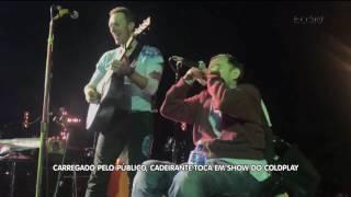 Carregado pelo público, cadeirante toca em show do Coldplay.