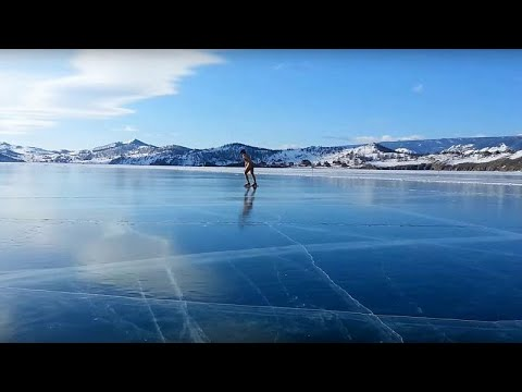 Ice skating στην παγωμένη λίμνη Βαϊκάλη