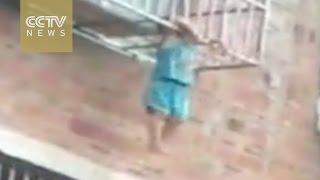 بالفيديو.. المطافئ تنقذ رجل أنقذ طفلا من الموت