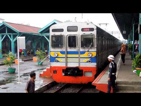 Stasiun Manggarai di malam hari 夕方のジャカルタ・マンガライ駅 видео