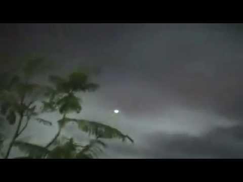 ufo - una forte luce silenziosa ci osserva dal cielo...