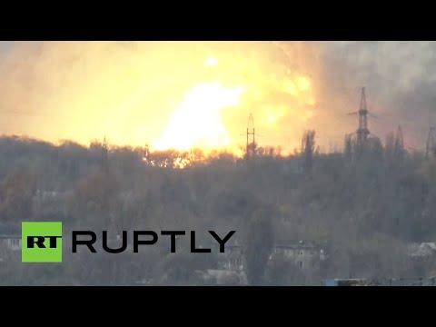DE - Una gran explosión sacude Donetsk, ciudad en el sudeste de Ucrania. Los primeros informes indican que la explosión fue causada por un misil balístico que impactó en una planta militar,...