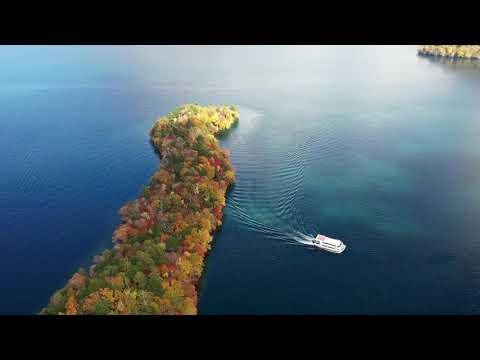 紅葉の中禅寺湖八丁出島