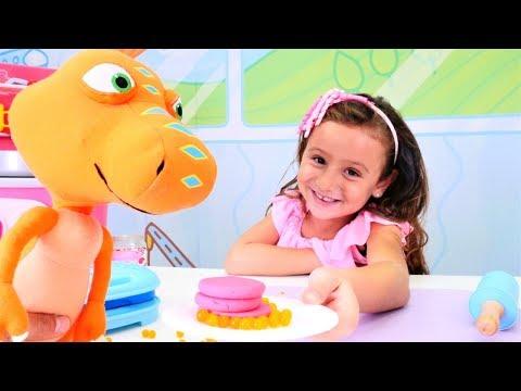 Play doh - Play-Doh yemek yapma oyunu. Dinozor için çilekli pancake