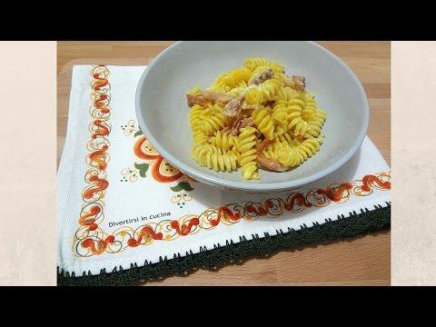 video ricetta: pasta con speck, stracchino e zafferano.