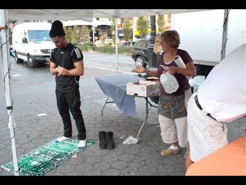 شاهد رد فعل الامريكيين عند أداء شابين للصلاة في الشارع