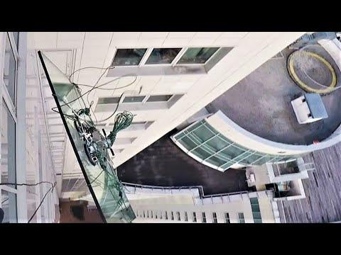 На 47 этаже лопнул тросс на лебёдке поднимавшей стекло весом 380кг