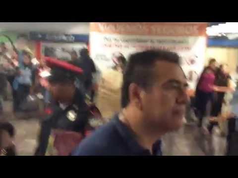 Normalistas se manifiestan dentro del Metro