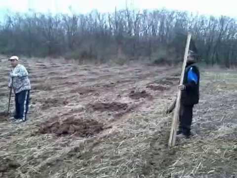 busilica za zemlju - Traktorska bušilica za bušenje rupa u zemlji promera 150mm, 250mm, 350mm i 400mm. Namenjena je za pripremu rupa za postavljanje stubova za ogradu i zasađivan...