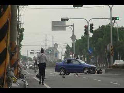 Krasser Unfall mit einem Motorroller - In diesem Clip ereignet sich ein extremer Unfall. Ein Motorroller wird von einem Auto regelrecht weggerammt, der Mann auf dem Roller wird...