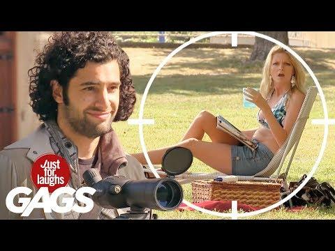 chicas caliente en la playa - http://gags.justforlaughs.com | Suscribete: http://goo.gl/bks6X Un pervertido espía a inocentes chicas en el parque a través de sus binoculares. Le pide a lo...
