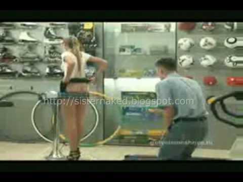 運動器材店的正妹女店員親自示範,竟然還把短裙給脫了?!我都噴鼻血了!