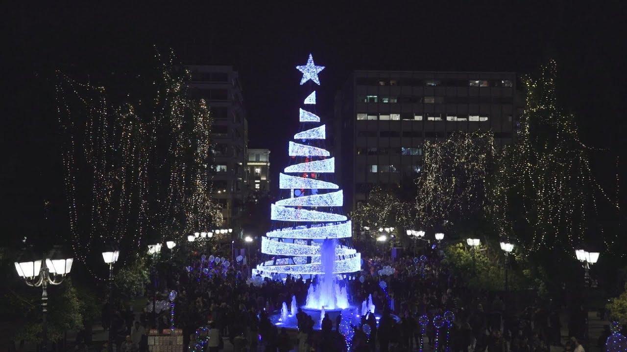 Φωταγωγήθηκε το χριστουγεννιάτικο δέντρο στο Σύνταγμα