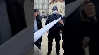 Agresywne zachowanie milicji na Krakowskim Przedmieściu w Warszawie