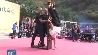 Mnich z Shaolin staje na jednym palcu