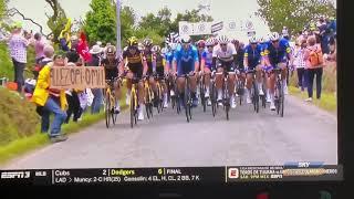 Kobieta chcąca się pokazać na kamerze powoduje kraksę na Tour de France