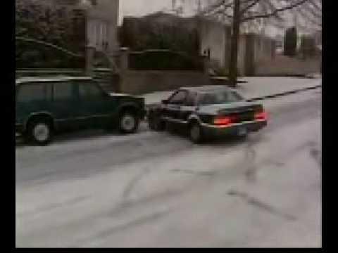 Coches chocándose en la nieve