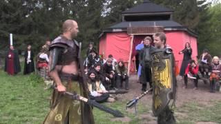 En time før spilstop får en vagt fra Fäekhalen talt lidt for højt om sin mening om dronningen. For at forsvare dronningens ære...