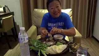 คลิปย้อนหลังเมียฝรั่งกินเมี่ยงปลานิลเผายักษ์โชว์ที่กรุงเทพ
