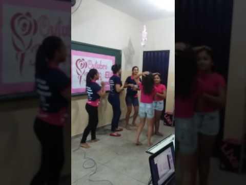 Alunas do Colégio Ramiro Pedro, em Morro Agudo de Goiás, dançando a música do Outubro rosa