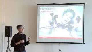 Foto z akcie BarCamp Bratislava prednáša Irena Zatloukalová.