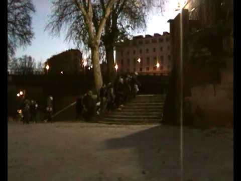 scorci - Nel cuore di Roma una visita all'Isola Tiberina, che fu tra gli elementi costitutivi della città, mettendo in comunicazione popoli diversi, gli Etruschi, che...