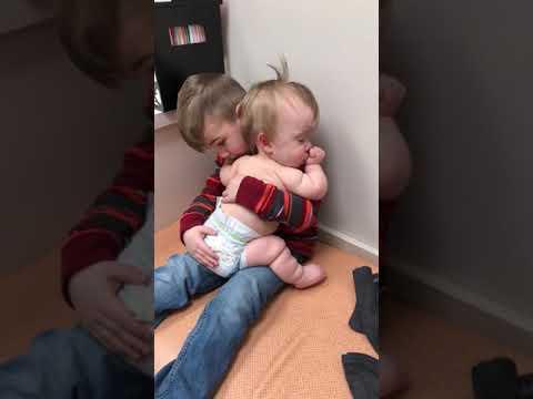Onpa söpöä – Isoveli keinuttaa vauvaa sylissään