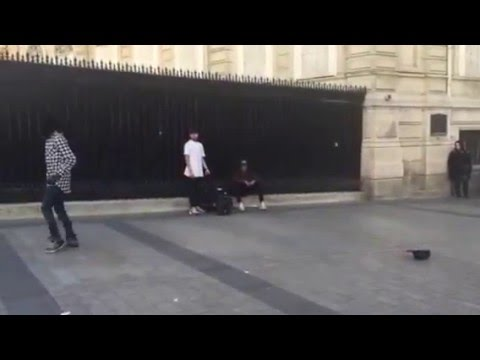 French street performer does an incredible moonwalk. Gravity doesn't seem to apply to him.