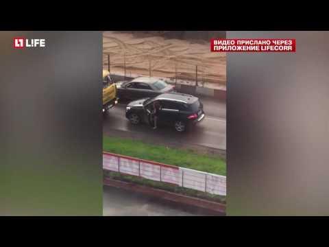 В Москве автоледи забралась на грузовик, мешавший ей проехать по встречке