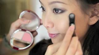 示範 SKII 推出護膚彩妝產品