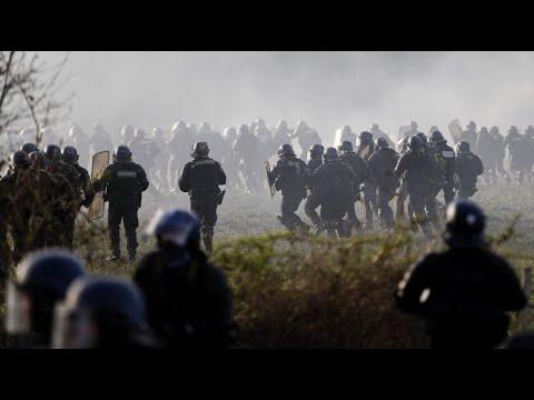 Mehrere Verletzte bei Demonstration um Flughafengelände ...