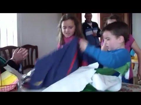 Fan Real nhí đã vứt món quà sinh nhật khi biết đó là bộ đồ thi đấu của ... Barca