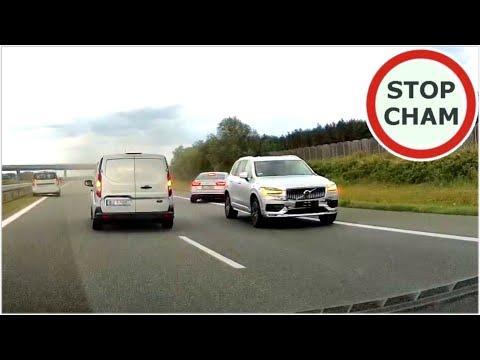 Idiota w Volvo chce zaoszczędzić kilka minut i doprowadza do wypadku