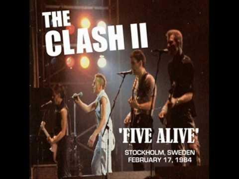 Tekst piosenki The Clash - (In the) Pouring Rain po polsku