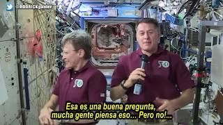 """Niño de primaria deja sin palabras a 2 astronautas después de hacerles una pregunta que los delató en su propia mentira. NASA EXPUESTA!!!Niño a Astronautas:  ... ¿están trabajando en algo SECRETO allá en la ESTACIÓN ESPACIAL INTERNACIONAL, que no nos hayan dicho?Fijense muy bien en la curiosa y sospechosa reacción de ambos astronautas!!!... Observen nuevamente!!!►  Suscríbete aquí:  http://goo.gl/hcSsMQ ✓ ► Sigueme en Twitter https://twitter.com/RODRICKgamer ✓▬▬▬▬▬▬▬▬▬▬▬▬▬▬▬▬▬▬▬▬▬▬▬▬▬▬▬▬▬▬▬▬▬▬▬▬▬▬▬▬▬▬▬► LIKE, COMPARTIR con todos los que son importantes en tu vida.ツ ¿APOYAR MI TRABAJO? ✓ Apadriname en: ✓  - Por PAYPAL - https://goo.gl/Z41WsR- Por PATREON -  https://www.patreon.com/RODRICKtv▬▬▬▬▬▬▬▬▬▬▬▬▬▬▬▬▬▬▬▬▬▬▬▬▬▬▬▬▬▬▬▬▬▬▬▬▬▬▬▬▬▬▬ツ SUBS - http://goo.gl/TJiWEk  ✓ツ TWITTER - https://twitter.com/RODRICKgamer  ✓ツ FACEBOOK - Temporalmente cerrado, hasta nuevo aviso!!!all my music credits for the one and only:Kevin MacLeod (incompetech.com) Licensed under Creative Commons: By Attribution 3.0page: http://www.incompetech.comhttp://creativecommons.org/licenses/b...Alien Sunset de Audionautix está autorizado la licencia Creative Commons Attribution (https://creativecommons.org/licenses/by/4.0/)Artista: http://audionautix.com/Time Passing By de Audionautix está autorizado la licencia Creative Commons Attribution (https://creativecommons.org/licenses/by/4.0/)Artista: http://audionautix.com/El material utilizado para estos videos, es con fines ilustrativos y/o educativos. Los videos, imágenes y música pertenecen al autor intelectual de cada uno de ellos.The material used for these videos, is illustrative and / or educational purposes. Copyright Disclaimer Under Section 107 of the Copyright Act 1976, allowance is made for """"fair use"""" for purposes such as criticism, comment, news reporting, teaching, scholarship, and research. Fair use is a use permitted by copyright statute that might otherwise be infringing. Non-profit, educational or personal use tips the balance in favor of fa"""