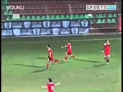 足球史上經典烏龍,搶到球就是要射門的反射動作!