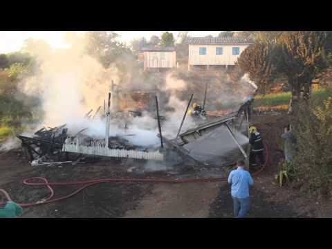 Casa é destruída pelo fogo em Bandeirante