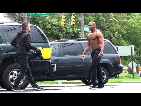 這名男子光天化日之下假裝要偷別人車上的油,當車主發現他的行為後...